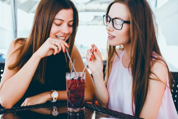 Jeunes jolies femmes dans un bar