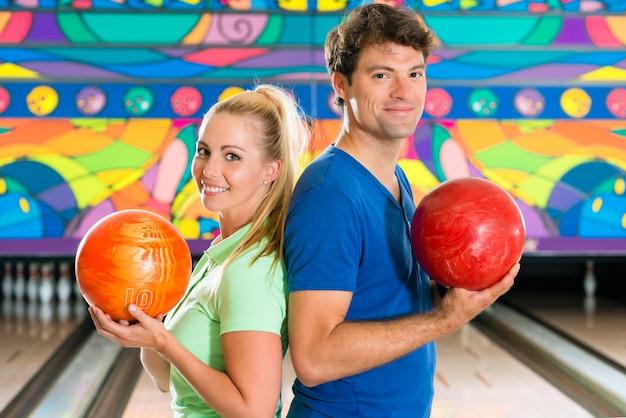 Jeunes jouant au bowling et s'amusant