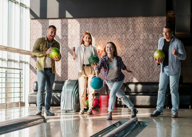 Jeunes jouant au bowling