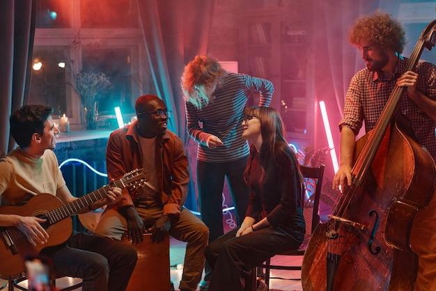 Jeunes jouant des instruments et chantant pendant qu'ils se réunissaient dans un studio de musique