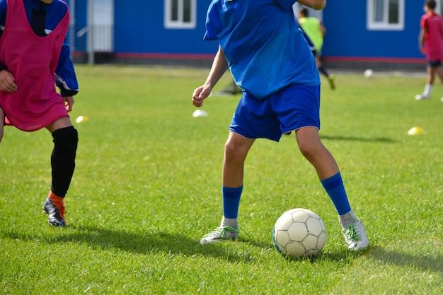 De jeunes joueurs de football jouent au football à l'entraînement
