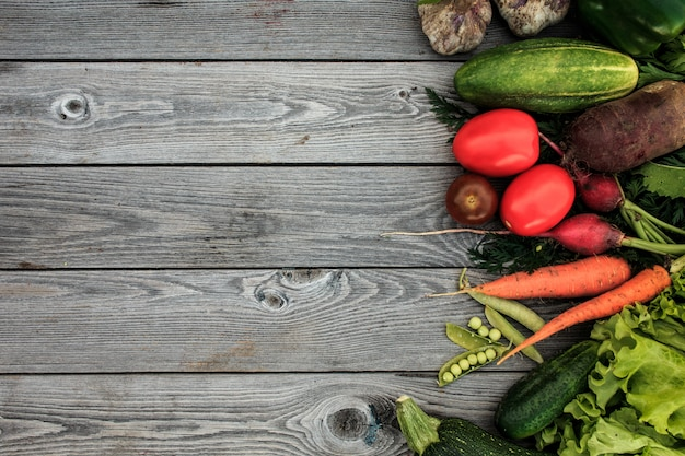 Jeunes légumes de printemps sur le tableau en bois d'en haut
