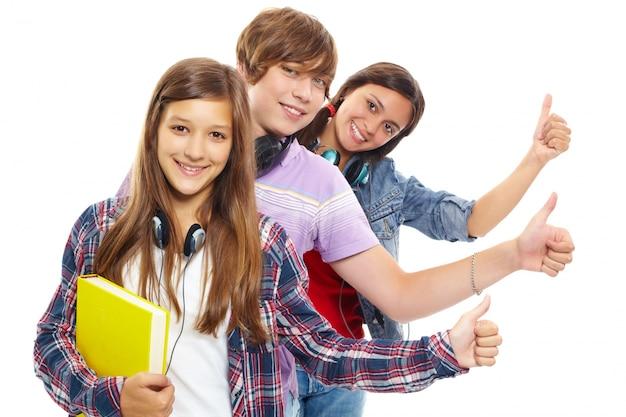 Les jeunes en ligne avec les pouces vers le haut