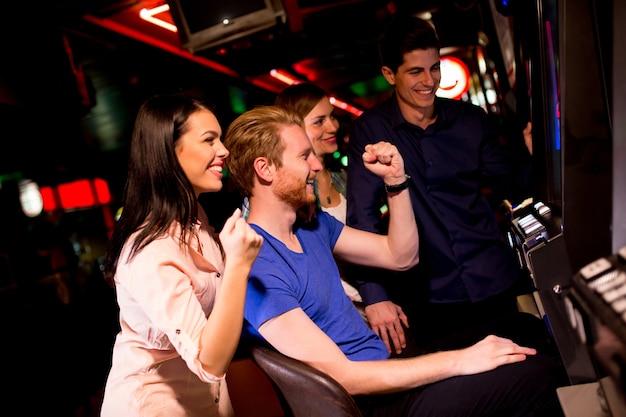 Les jeunes à la machine à sous du casino