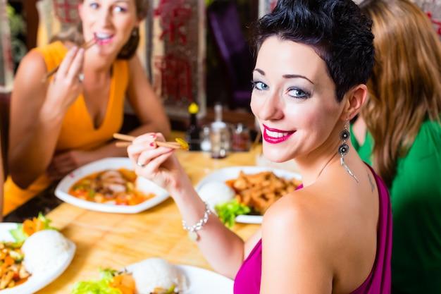 Les jeunes mangent au restaurant asie