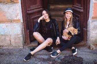 Jeunes mannequins avec chat dans la rue