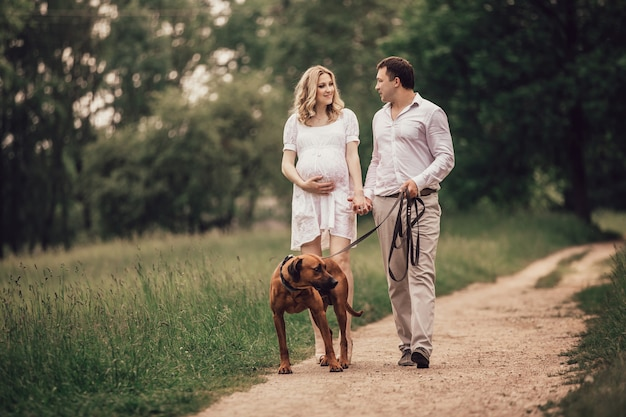 Les jeunes mari et femme parlent du temps de marcher dans le parc. le concept d'un mode de vie sain