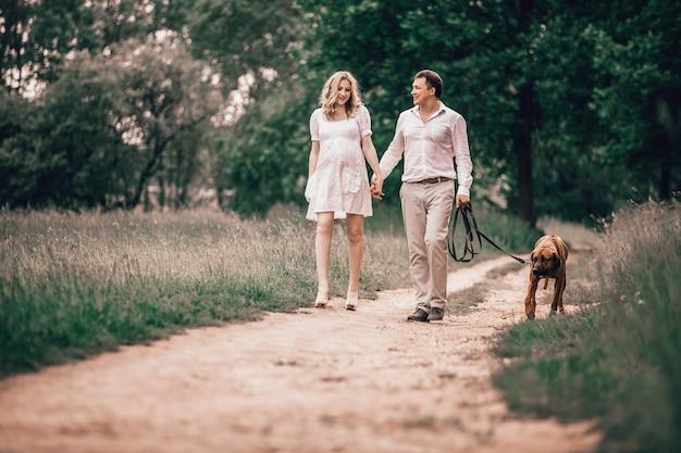Les jeunes mari et femme parlent le temps de marcher dans le parc. le concept d'un mode de vie sain