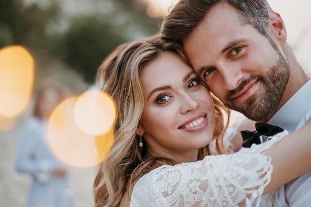 Jeunes mariés ayant un mariage sur la plage