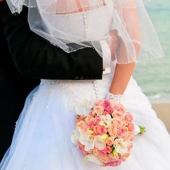 Jeunes mariés avec un bouquet