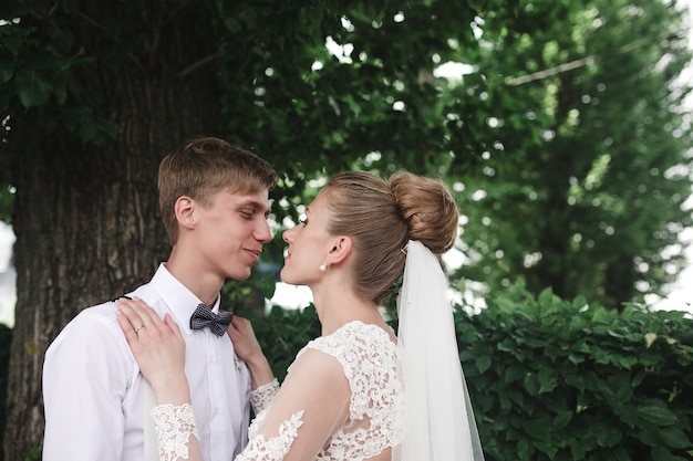 Jeunes mariés dans la forêt