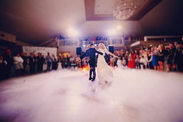 Jeunes mariés dans leur première danse