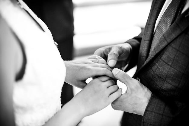 Jeunes mariés debout à l'autel