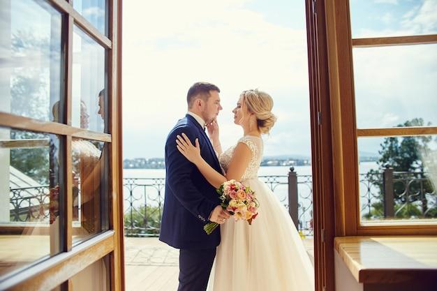 Jeunes mariés étreignant et embrassant