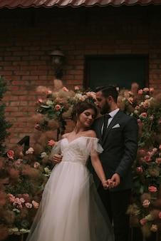 Jeunes mariés, étreindre près de l'arche de mariage