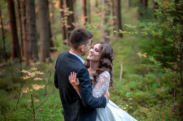 Jeunes mariés en forêt lors de leur mariage, séance photo.