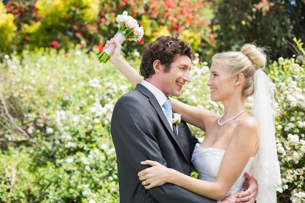 Les jeunes mariés heureux romantiques embrassant se regarder