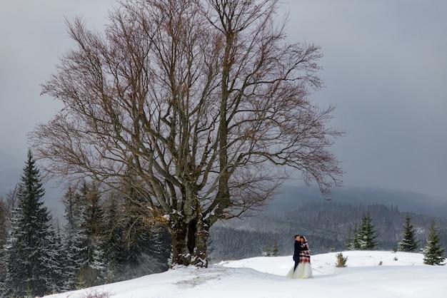Jeunes mariés un jour d'hiver