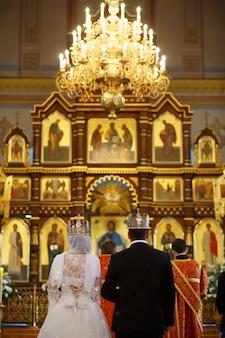 Jeunes mariés lors d'une cérémonie de mariage orthodoxe