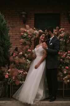 Jeunes mariés, rester près de l'arche de mariage
