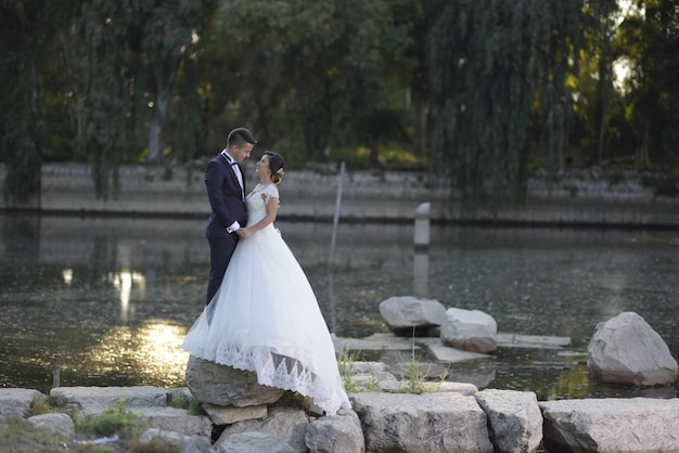Jeunes mariés en robe de mariée