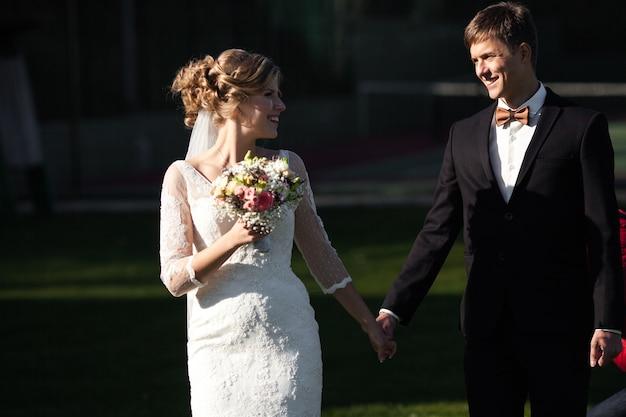 Jeunes mariés s'amusant dans une vieille ville