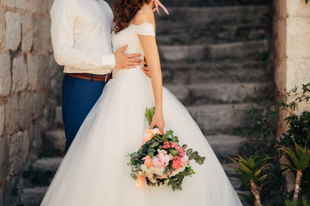 Les jeunes mariés s'embrassent au monténégro