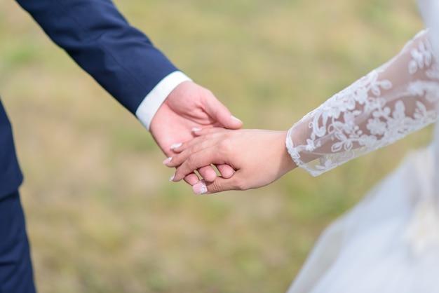 Jeunes mariés se tenant la main