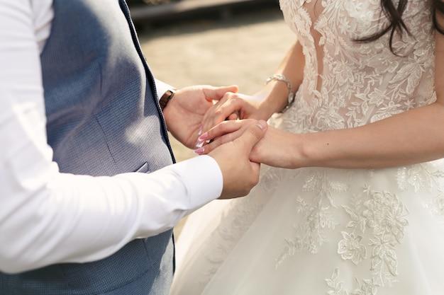 Jeunes mariés se tiennent la main
