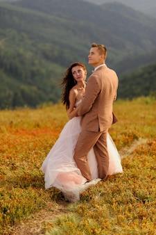 Jeunes mariés. séance photo de mariage dans le paysage de montagne.