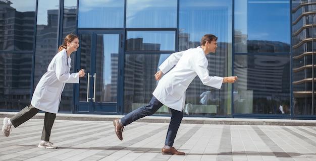 Les jeunes médecins se précipitent vers un appel d'urgence