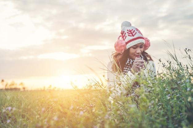 Jeunes météo chapeau naturel heureux
