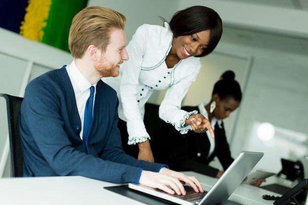 Jeunes multiethniques travaillant au bureau