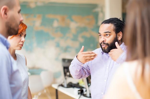 Jeunes multiraciales au bureau