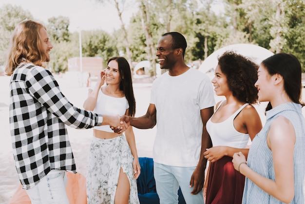 Les jeunes multiraciales rencontrent un ami