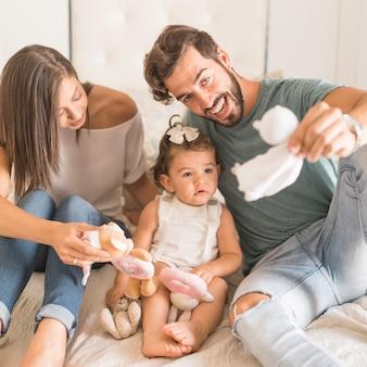 Jeunes parents jouant avec une fille