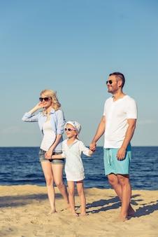 Jeunes parents et leur jolie petite fille à lunettes de soleil.