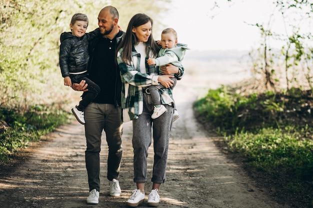Jeunes parents avec leurs enfants dans la forêt