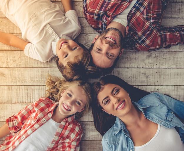 Jeunes parents et leurs enfants regardant la caméra.