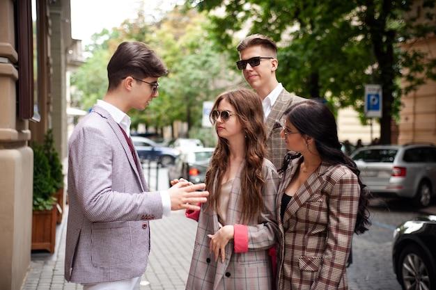 Les jeunes parlent entre eux