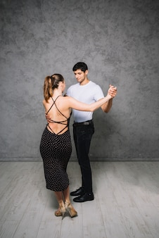 Jeunes partenaires de danse dansant le tango