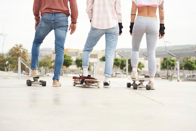 Jeunes patineurs au skatepark