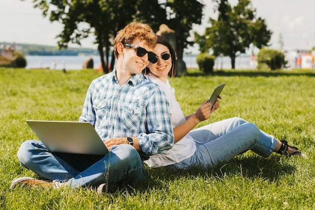 Jeunes pigistes souriant dans le parc