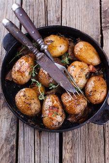 Jeunes pommes de terre frites dans une poêle