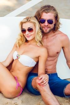 Jeunes portant des lunettes de soleil