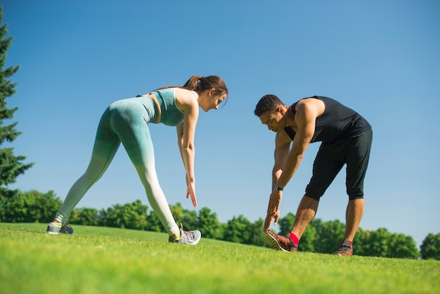 Jeunes pratiquant un sport en plein air