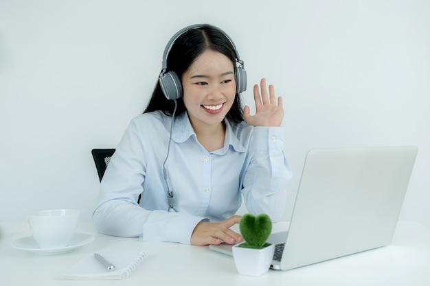 De jeunes professeurs asiatiques enseignent en ligne de manière amusante depuis leur bureau à domicile