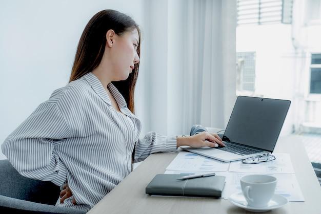 De jeunes professeurs asiatiques enseignent en s'amusant en ligne depuis leur bureau à domicile