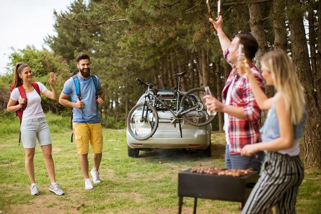 Jeunes profitant d'un barbecue dans la nature