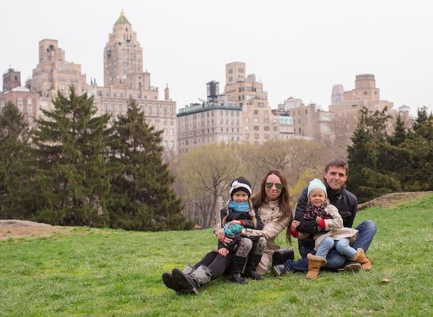 Jeunes de quatre à central park pendant leurs vacances
